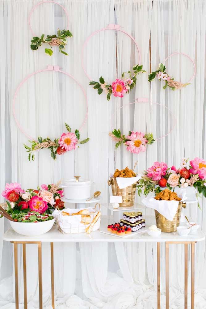 Se você preferir, pode decorar fazer uma decoração com flores de formatos e cores variadas