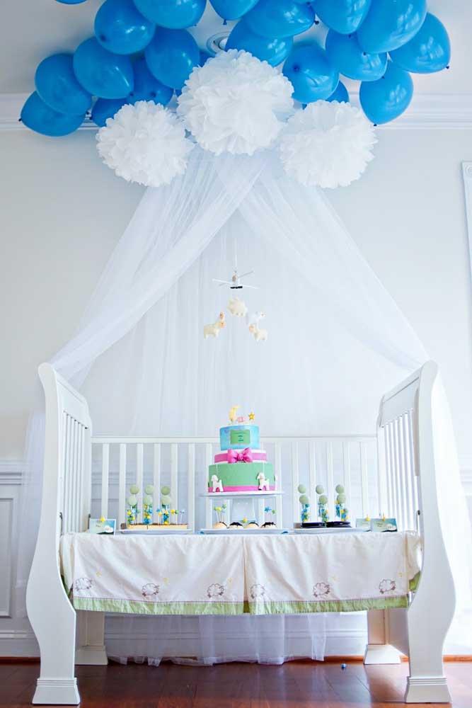 Para as mamães que estão esperando um menino, aposte nas cores azuis e brancas para fazer a decoração. Aproveite para preparar a mesa central do chá no formato de berço