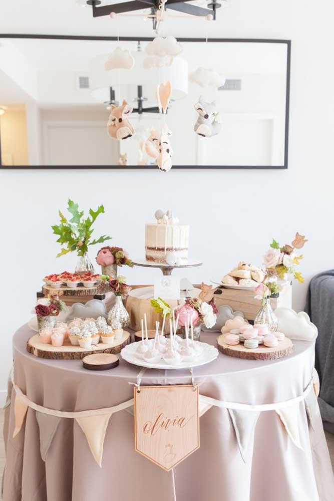 Se você prefere comemorar esse momento com a família e amigos mais chegados, faça o chá de bebê em casa fazendo uma decoração com a cara dos papais
