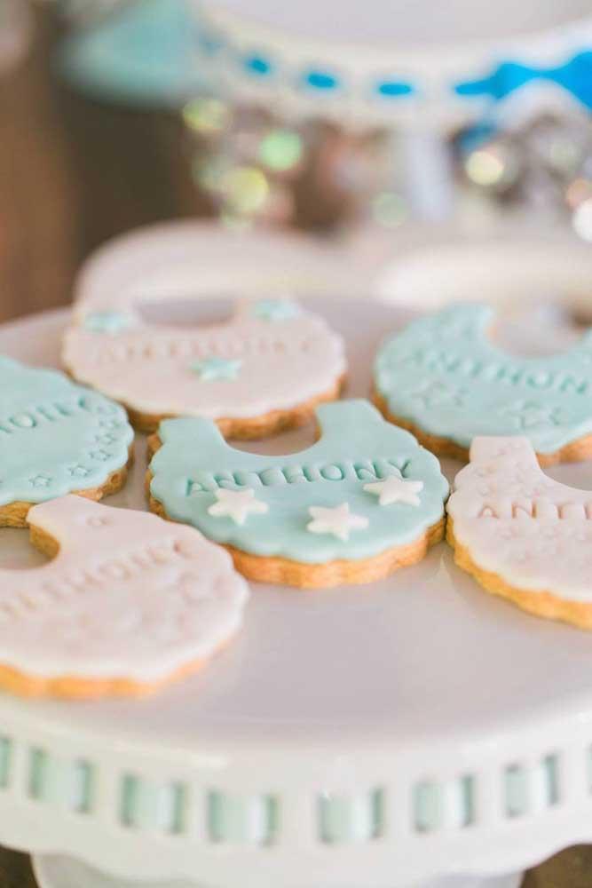 Olha o mimo que fica os biscoitinhos confeitados. Para deixá-lo ainda mais personalizado, vale colocar o nome do bebê