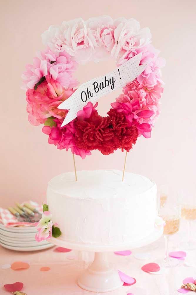 Que tal fazer um lindo arco de flores para colocar em cima do bolo?