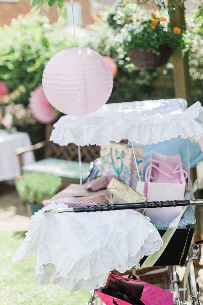 Para fazer uma decoração mais personalizada transforme o carrinho de bebê em porta-presentes