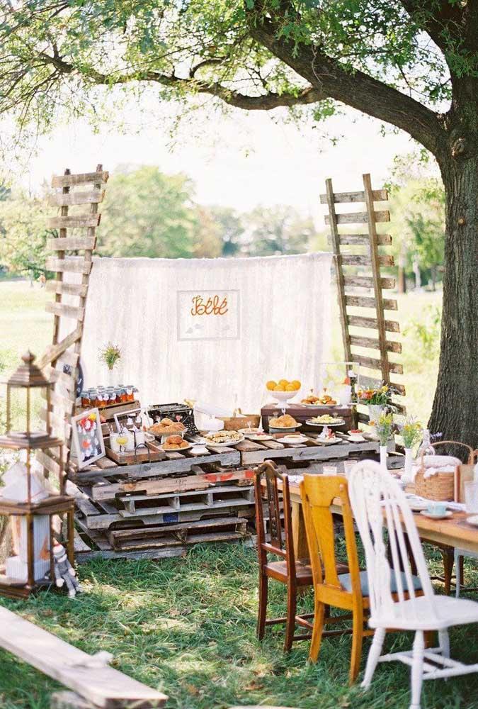O estilo rústico fica perfeito para esse ambiente. Aproveite para reciclar pallets e montar uma mesa incrível para o chá