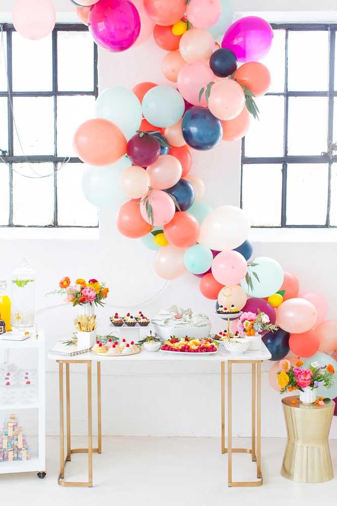 Os balões desconstruídos estão super na moda. Que tal decorar usá-los para decorar a mesa do chá?