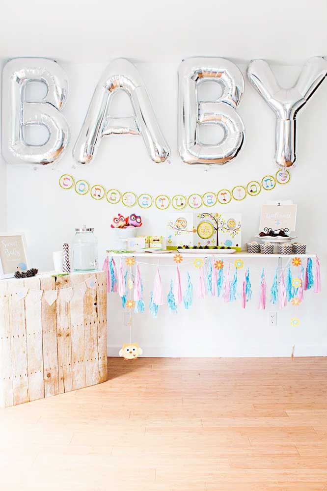 Balões gigantes no formato de letras para decorar o chá de bebê