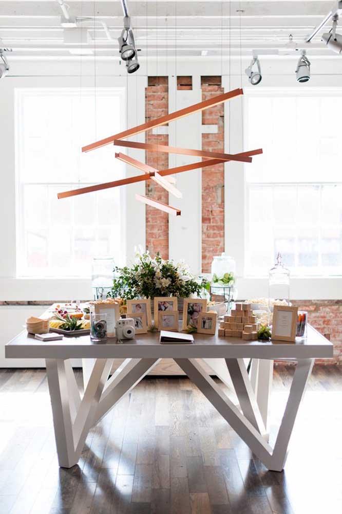 Faça um belo arranjo de flores para decorar a mesa do chá