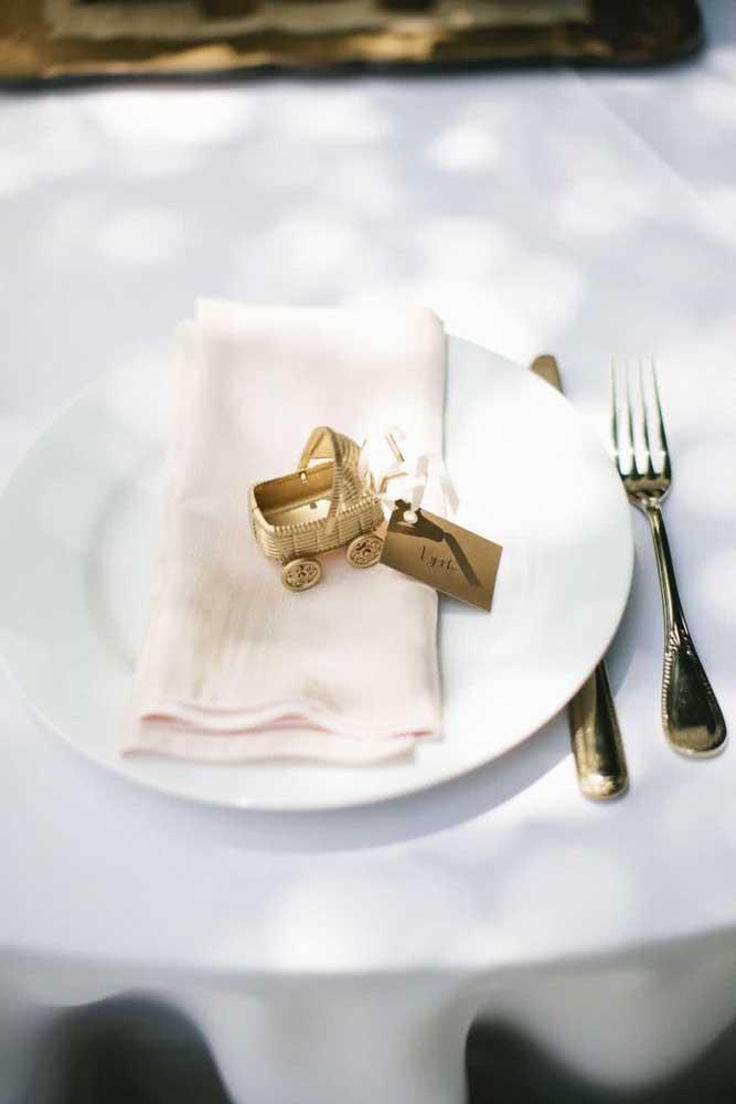 Olha que mimo mais fofo usado para identificar os pratos dos convidados