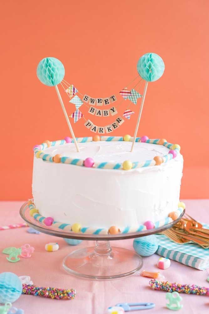 No chá de bebê você não pode esquecer do bolo que deve combinar com toda decoração