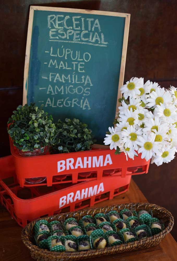 Grades de cerveja ou refrigerante podem ser usadas como itens decorativos. Para dar um toque especial, coloque alguns arranjos florais.
