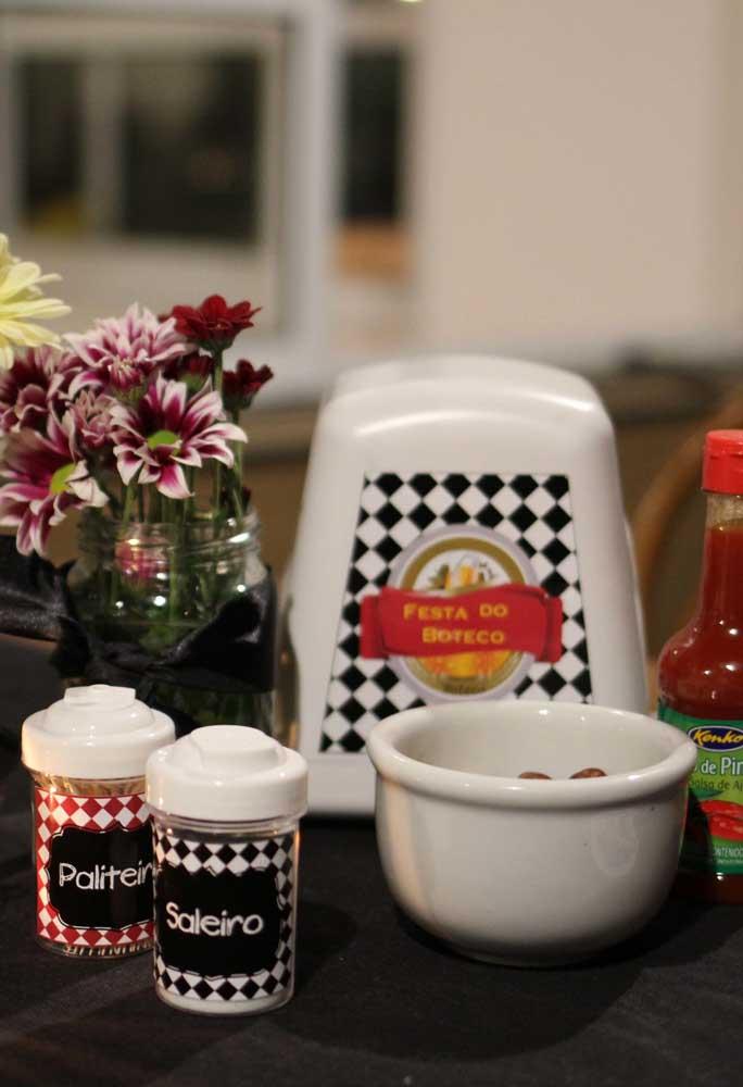 Personalize os utensílios de cozinha que serão usados na festa, como o saleiro, paliteiro e porta-guardanapo.
