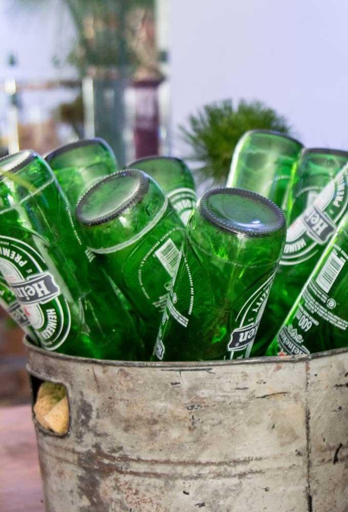 Se a intenção é fazer uma decoração econômica, pegue um balde que você não usa mais e encha de garrafas de cerveja que estejam vazias.