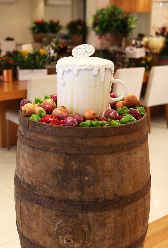 Encha um tonel com verduras, legumes e especiarias. Depois é só colocar um item decorativo que lembra um copo de chopp.