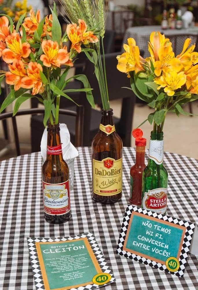 Ao invés de colocar os arranjos de flores em vasos ou jarros, use as mais diferentes garrafas de cerveja para isso. Além de combinar com o tema da festa, o resultado fica incrível.