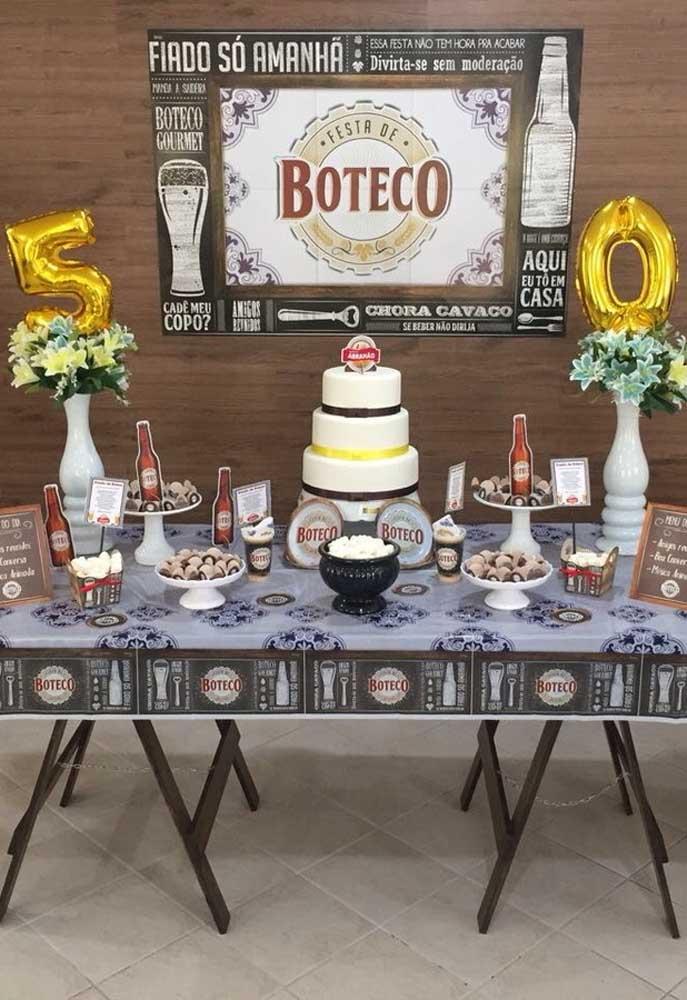 Para fazer uma decoração completa com o tema boteco, prepare uma toalha de mesa que esteja relacionado ao tema, assim como o painel que fica por trás da mesa.