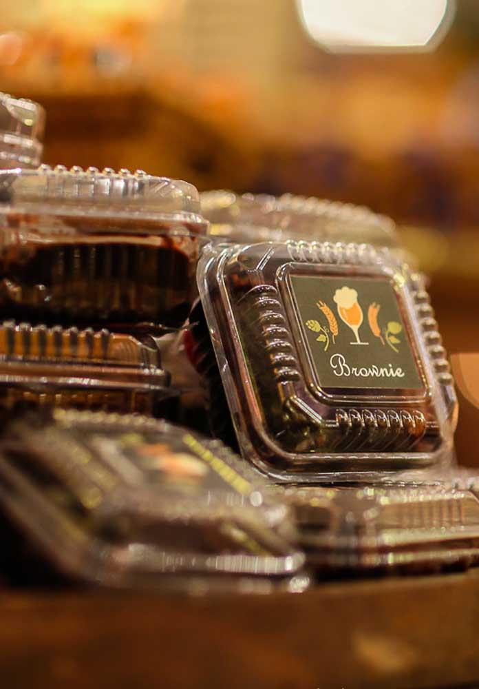 Para adoçar a boca dos convidados, nada melhor do que distribuir brownies. O doce é delicioso e combina muito bem com uma festa de boteco.