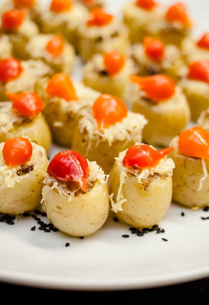 Já pensou no cardápio da festa de boteco? Uma boa pedida é servir algumas mini batatas recheadas que são deliciosas.