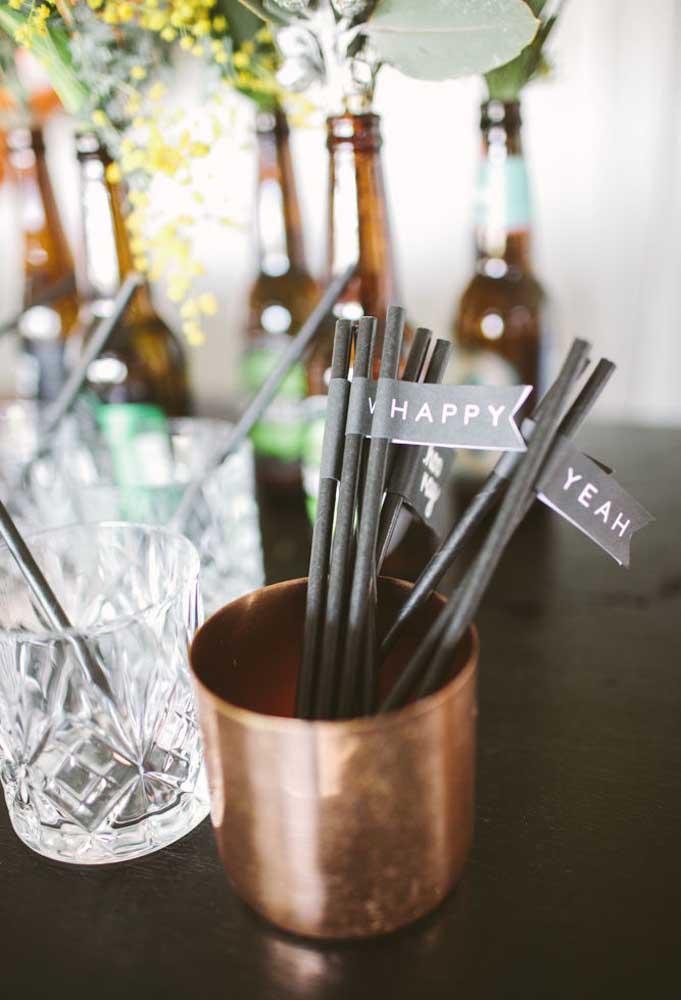 Separe um copo cheio de canudos para seus convidados se servirem. Não deixe de enfeitá-los para combinar com a decoração.