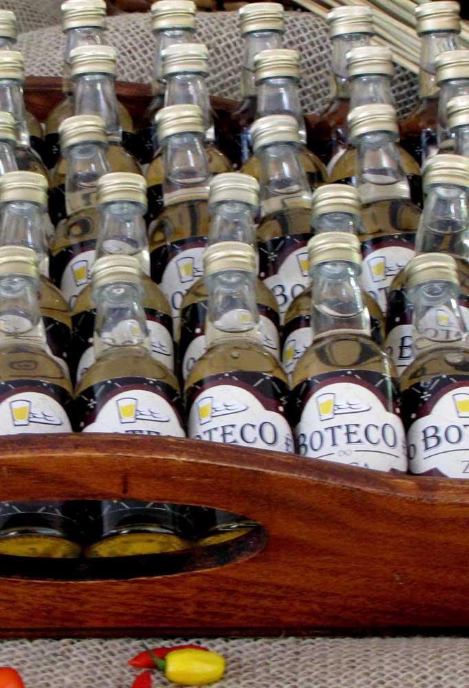 Já pensou em oferecer algumas cachacinhas como lembrancinha da festa de boteco para os seus convidados? Para isso, coloque-as dentro de uma bandeja de madeira.