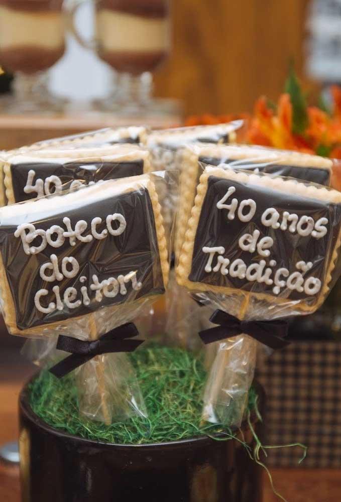 Não é só de bebidas e petiscos que é feita uma festa de boteco. Por isso, é interessante distribuir alguns doces para seus convidados como esse biscoito de chocolate.