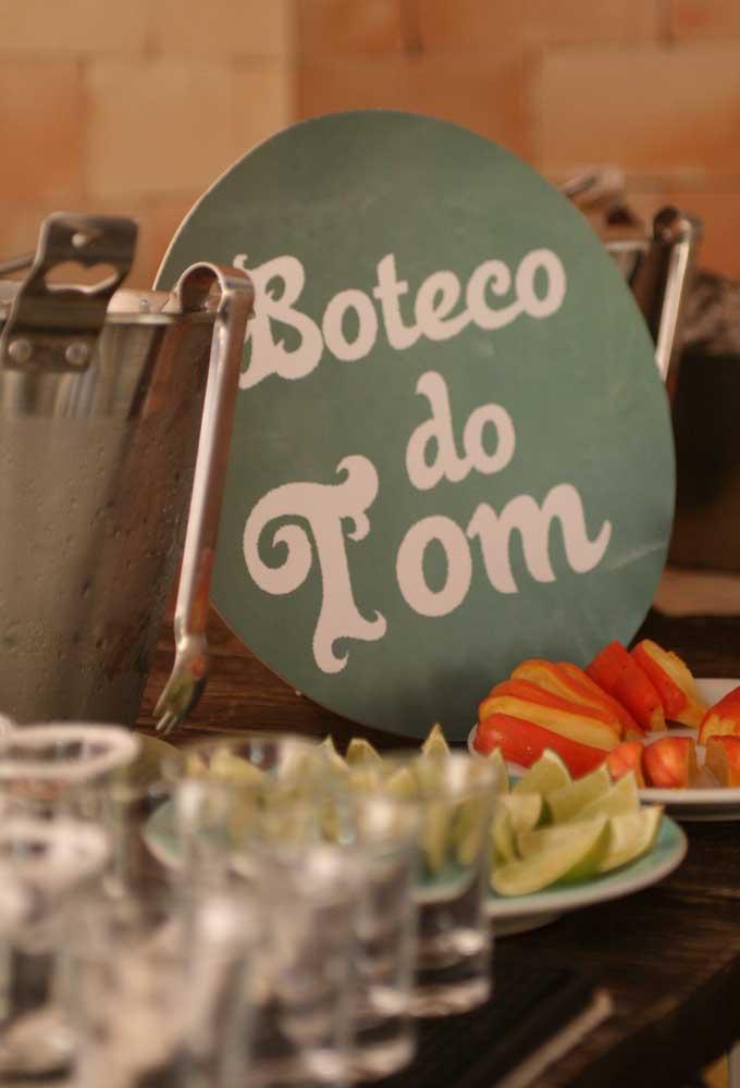 Prepare um cantinho especial para distribuir as bebidas especializadas que serão servidas na sua festa de boteco.