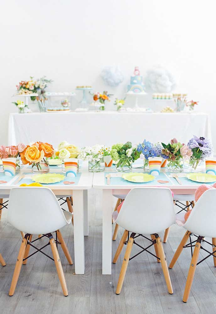 Se a intenção é fazer uma festa infantil simples, nada melhor do que usar flores naturais para decorar a mesa