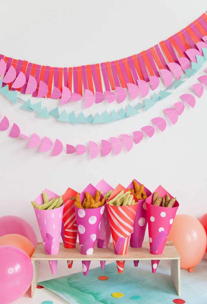 Usando papel colorido você consegue fazer uma decoração divertida