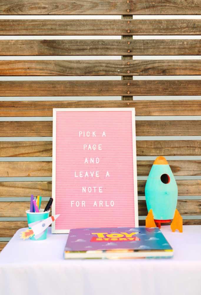Monte um espaço para as crianças pintarem e usarem a sua criatividade