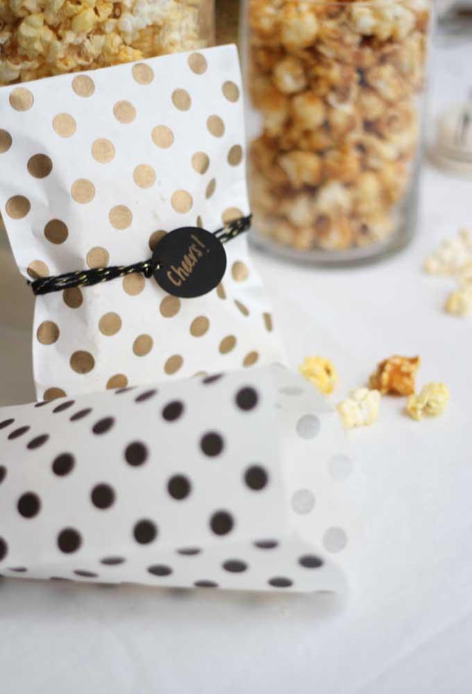 As embalagens da pipoca pode ser feita de saquinho de papel da estampa de sua preferência