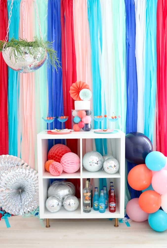 Que tal fazer um cortinado com tiras de papel colorido?