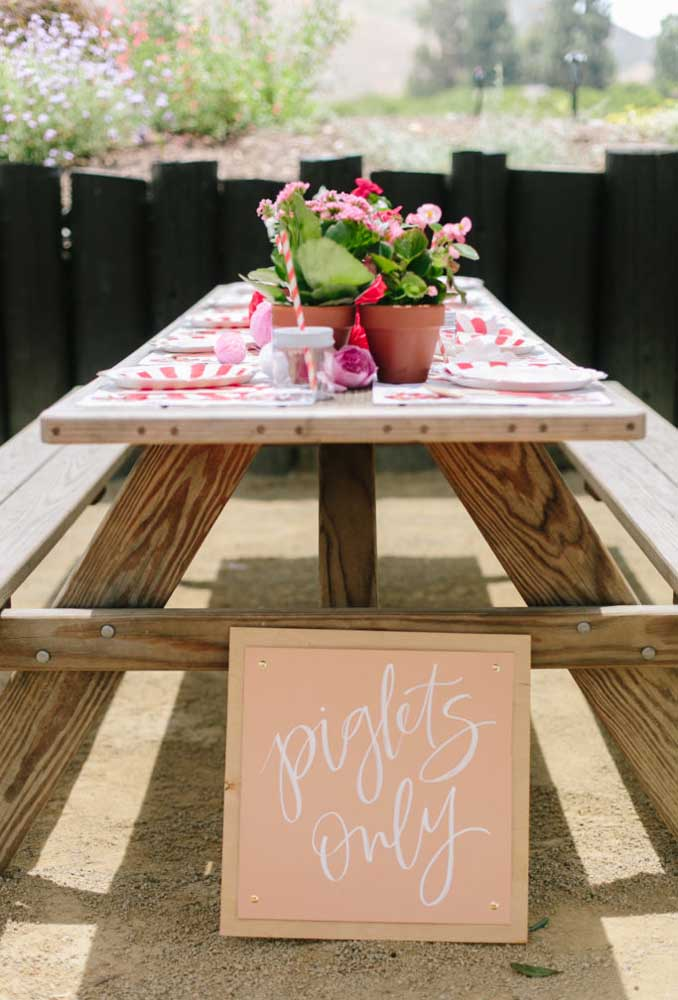 A festa feita ao ar livre não exige uma decoração cheia de detalhes. Basta preparar uma mesa grande com pratos e talheres para a criançada se servir