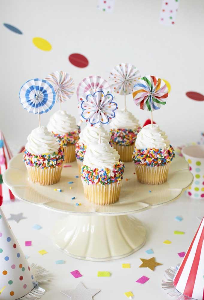 Faça bastante cupcake com decorações diferentes para servir para as crianças