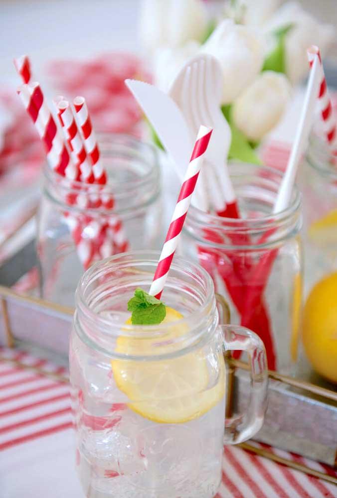 Na hora de servir as bebidas, aposte em copos grandes de vidro com alça. Para dar um toque especial coloque um canudo colorido