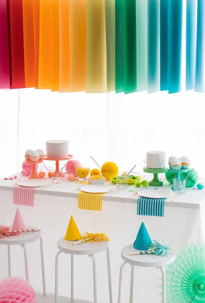 Se a sua intenção é fazer uma festa simples sem usar nenhum tipo de tema, você pode apenas apostar em elementos coloridos para dar vida à decoração