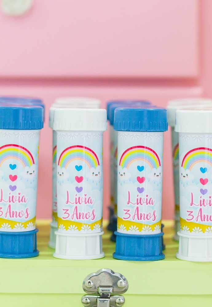 Na hora de fazer a lembrancinha, compre algumas embalagens, coloque guloseimas dentro e personalize com adesivos