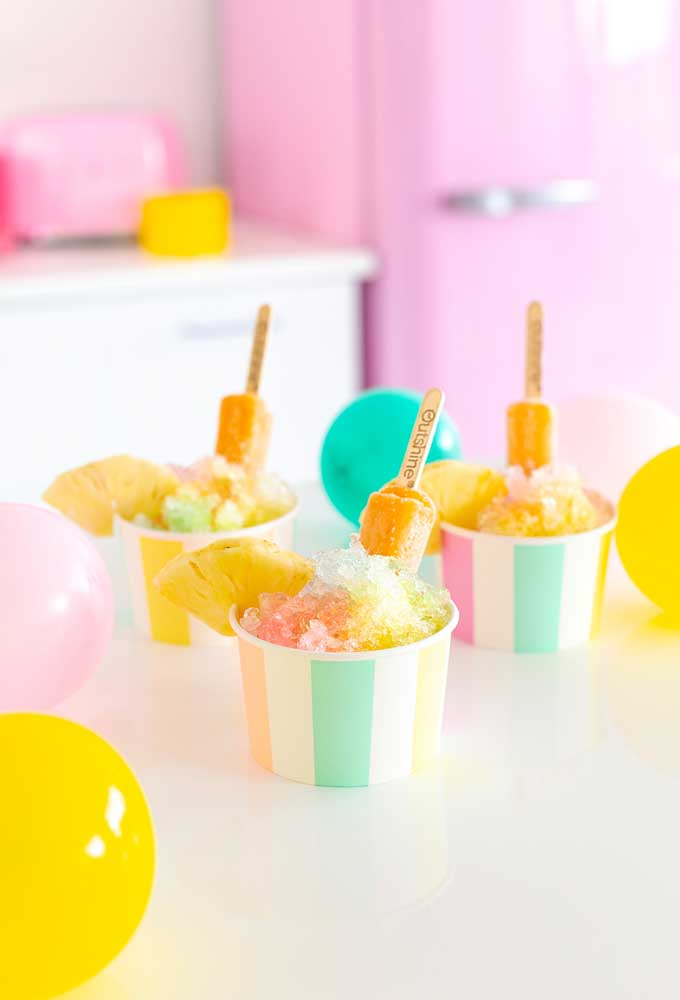 Se a festa for no verão, sirva sorvete de palito para os convidados. Além de delicioso, o sorvete de palito é uma excelente opção para refrescar em dias quentes
