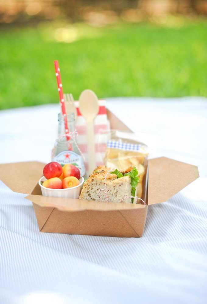 Uma dica bem econômica é preparar um kit lanche para cada convidado. Dessa forma, você não desperdiça alimentos