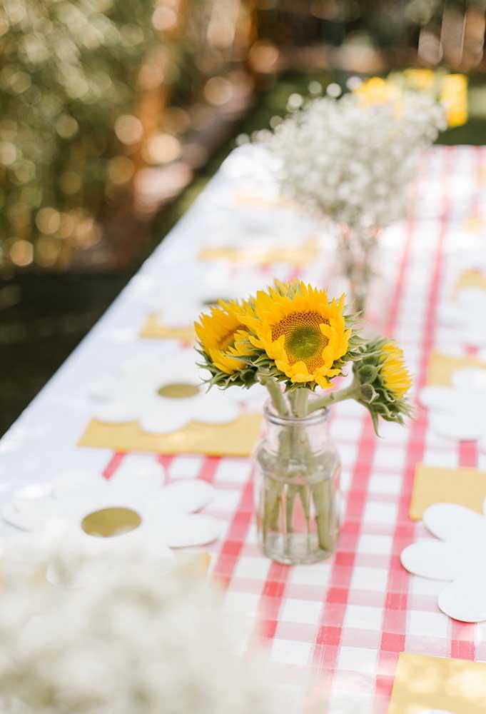 Os arranjos de flores naturais são perfeitos para decorar qualquer mesa de aniversário