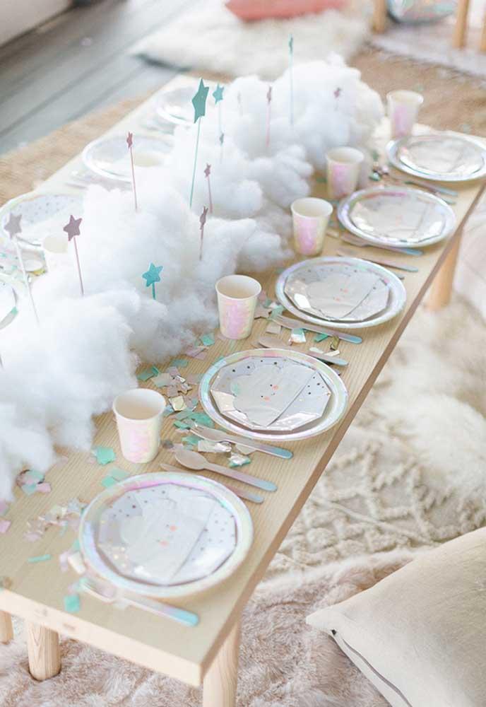 Use e abuse de pratos, copos e talheres descartáveis. Para dar um efeito de neve, encha a mesa central com fibra daquelas que são usadas dentro de almofadas