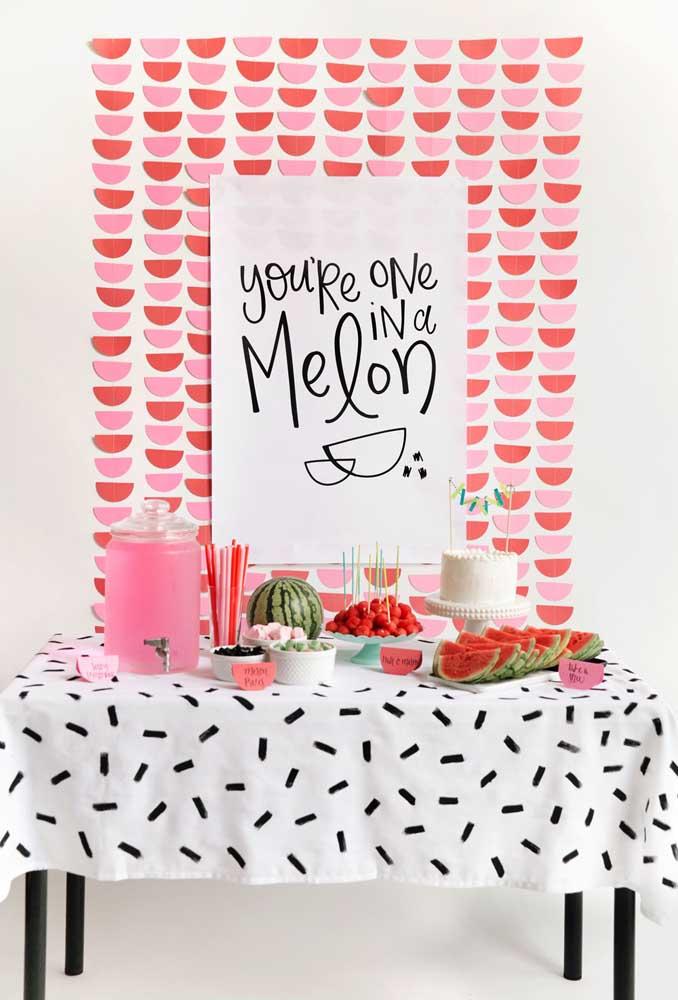 Já pensou em usar a melancia como o tema de festa infantil? Além de ser engraçado, os materiais usados na decoração são super baratos e o essencial é usar a criatividade