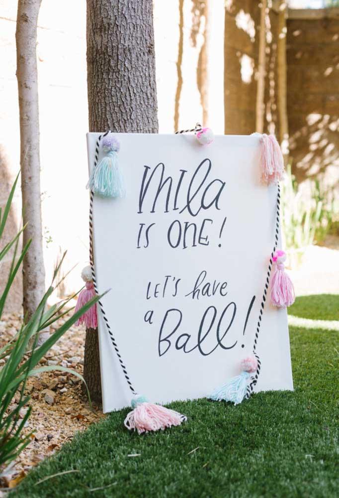 A placa é fundamental na hora de receber os convidados e você pode fazer isso usando materiais simples