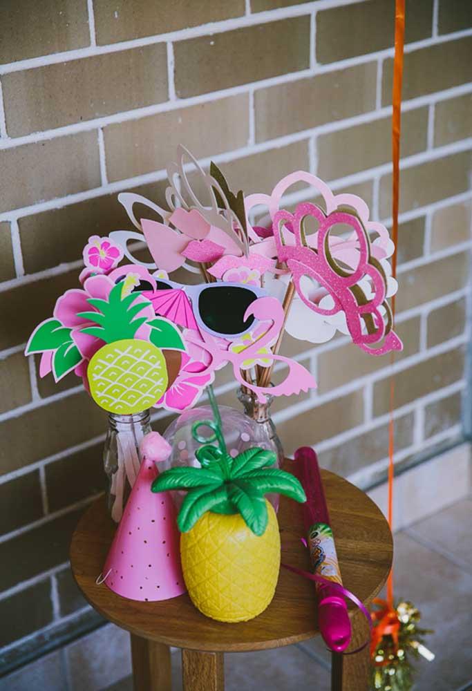 Prepare algumas máscaras feitas de papel e distribua para as crianças. O objetivo é deixá-las bem à vontade para se divertirem