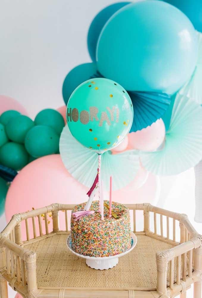 Prepare um bolo delicioso, enfeite com um balão decorado e coloque uma vela para a criançada bater os parabéns para o aniversariante