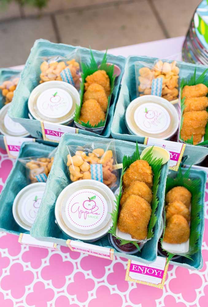 Reaproveite as embalagens de ovos para fazer um kit lanche para as crianças. Além de ficar mais organizado, cada convidado terá a oportunidade de provar as mais variadas delícias do aniversário