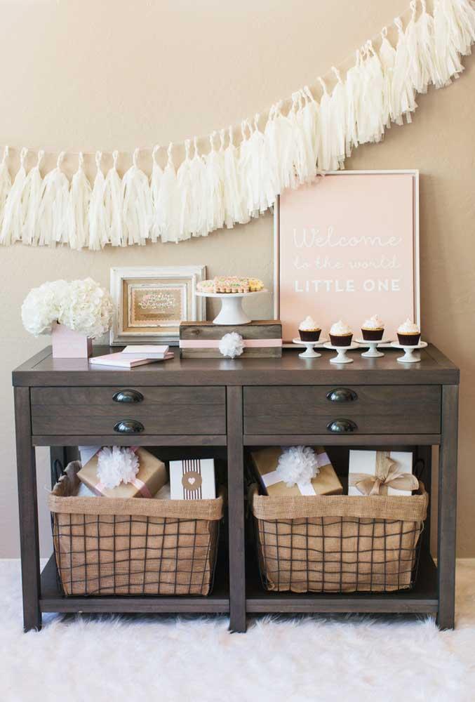 Que tal organizar as guloseimas da festa em cima de uma mesa que você já tem em casa? Aproveite o espaço embaixo para guardar os presentes