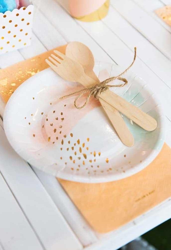 Alguns pratos descartáveis são bem charmosos. Os talheres podem ser embalados com barbante e colocados dentro do prato