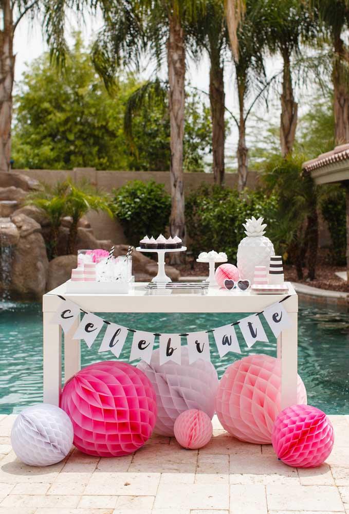 Que tal preparar uma bela mesa de frente para a piscina? Dessa forma, ninguém precisa entrar na casa para se servir