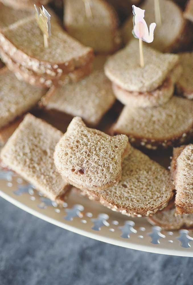 Para deixar os sanduíches mais divertidos, corte-os no formato de bichinhos. A criançada vai adorar