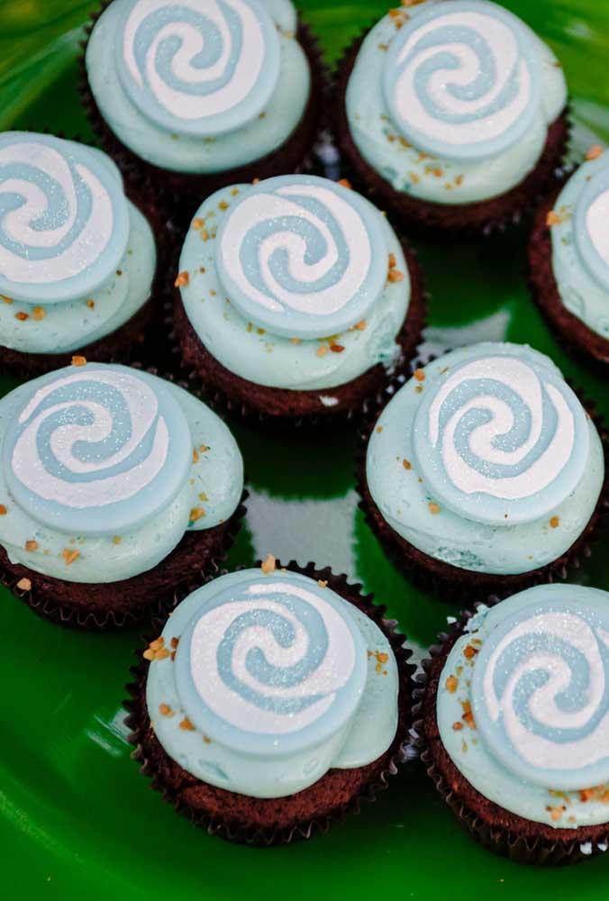 Os cupcakes devem seguir a cor da decoração