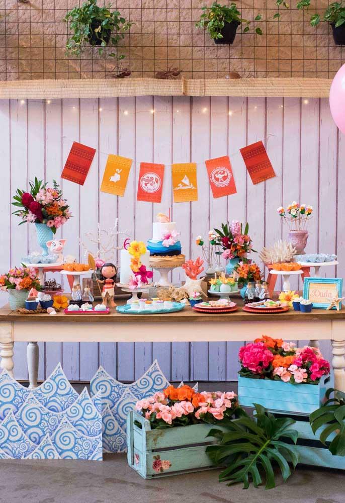 A mesa festa merece todo o carinho. Portanto, decore com bonecos, flores e outros personagens do filme