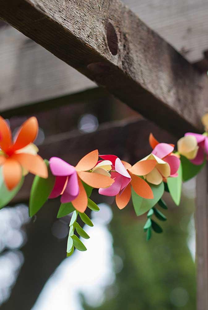 Se não puder usar folhas e flores naturais, faça de papel, já que o resultado é lindo do mesmo jeito
